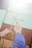 栓在被堆积的条板箱的蜂农绳索 库存照片