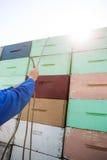 栓在被堆积的蜂窝条板箱的蜂农绳索 库存照片