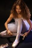 栓在鞋子的俏丽的芭蕾学生鞋带 库存图片