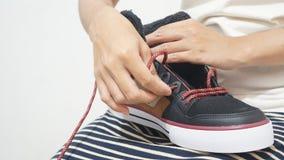 栓她全新的运动鞋的女孩 库存照片