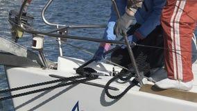 栓小船的人们靠码头,为海远航做准备,活跃夏天休息 股票视频
