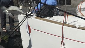 栓小船的人靠码头,渔夫为离开对公海,职业做准备 影视素材