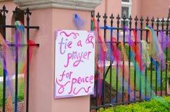 栓用和平标志的一个祷告与五颜六色的丝带 免版税图库摄影
