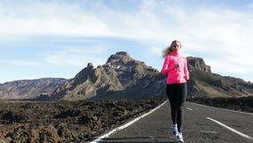 栓跑鞋的赛跑者妇女去在奔跑 影视素材