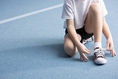栓鞋子的孩子 免版税库存照片