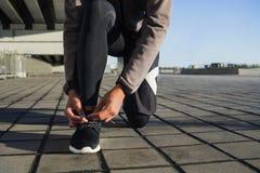 栓鞋带的人在奔跑前 免版税图库摄影