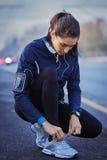 栓鞋带的运动员妇女 库存图片