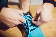 栓鞋带的运动员 免版税库存图片