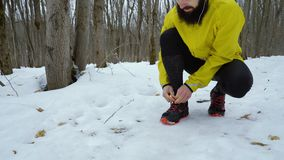 栓鞋带的适合的公赛跑者低射击,当跑步在冬天森林里时 影视素材
