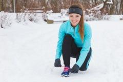 栓鞋带,冬天鞋类的女孩 免版税库存照片