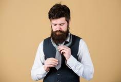 栓领带结不同的方式  勇敢艺术  如何栓领带 开始以您的衣领和领带 图库摄影