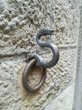 栓马的古老墙壁金属圆环 库存图片