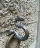 栓马的古老墙壁金属圆环 库存照片