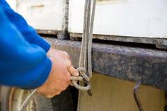 栓绳索的蜂农对卡车勾子  库存图片