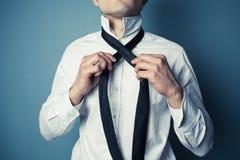栓他的年轻人领带 免版税库存图片