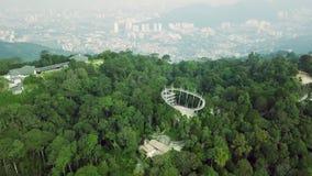 栖所公园的空中顶视图升旗山的在马来西亚和背景的乔治城 股票视频