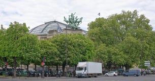栗子在伟大的宫殿,摩托车旁边开花是同水准 库存照片
