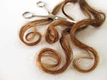 栗子棕色头发和剪刀 图库摄影