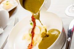 栗色和绿色蔬菜汤奶油  库存照片