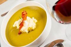 栗色和绿色蔬菜汤奶油  免版税库存图片