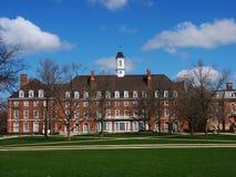 校园大厦、蓝天和树 免版税库存图片