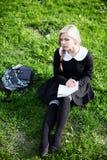 校园的白肤金发的学生女孩 免版税图库摄影