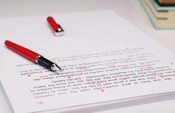 校对在桌上的纸 免版税库存图片