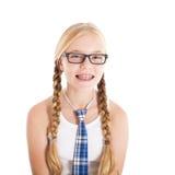 戴校服和眼镜的十几岁的女孩。 微笑的面孔,在您的牙的括号。 免版税库存图片
