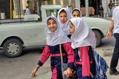 校服的几个女孩在街道上在设拉子,伊朗 图库摄影