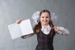 校服的女婴有白色弓的 免版税图库摄影