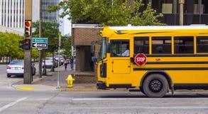 校车在Tusla街市区-土尔沙-俄克拉何马- 2017年10月17日 免版税库存照片