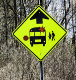 校车警告交通标志 免版税库存图片