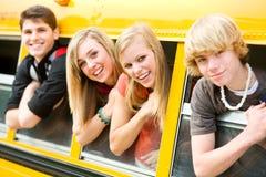 校车:倾斜在公共汽车窗口外面的凉快的孩子 免版税库存照片