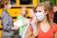 校车:女孩必须戴着面具避免疾病 库存图片