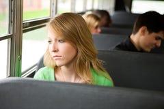 校车:女孩疲倦于上学 免版税图库摄影