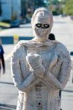 栩栩如生的机器人妈咪惊吓赞助人在市场 免版税库存图片