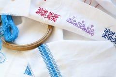 样品乌克兰刺绣、未完成的未完成作品和工具为刺绣 免版税库存图片