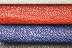 样品-优良品质皮革以各种各样的颜色 蓝色,红色,白色一块皮革 库存照片