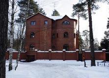 样式中世纪城堡的现代红砖房子 图库摄影