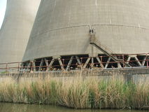 核冷却塔基地在河旁边的 库存照片