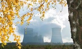 核发电站和烟从烟囱 库存图片
