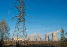 核发电站和烟从烟囱 免版税库存照片