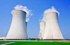 核发电站的四个冷却塔在Dukovany 免版税图库摄影