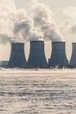 核或原子能厂或NPP 与浓烟的冷却塔 免版税库存图片