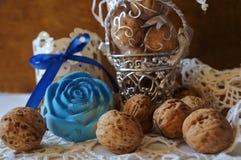 核桃、装饰桶和蓝色花! 库存照片
