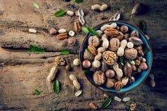 核桃仁和整个核桃在土气老橡木桌上 库存照片