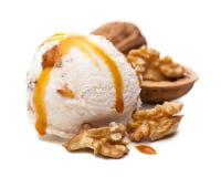 核桃冰淇淋瓢冠上用焦糖调味汁 图库摄影
