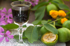 核桃利口酒用绿色核桃 免版税库存照片