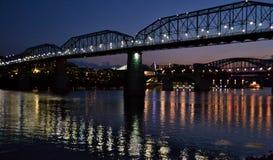 核桃在日落的街道桥梁 图库摄影