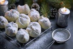 核桃曲奇饼洒与搽粉的糖 库存图片